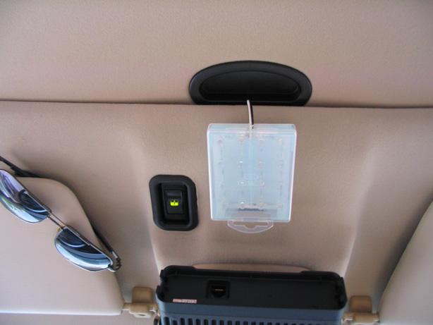 使用说明:   适合于12伏直流电源供电,比如汽车内,可以作为顶部、侧面等,或其他认为合适和需要的地方安装。   以下作品展示的是在Jeep2700内,前排座车顶上靠近原装吸顶灯位置,因为安装车台占用了原装位置。 作品展示: